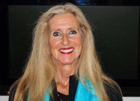 portrait of Pam Uschuk