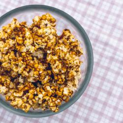 Bowl of caramelized popcorn on a purple checked background / photo by Go to John Tecuceanu's profile John Tecuceanu
